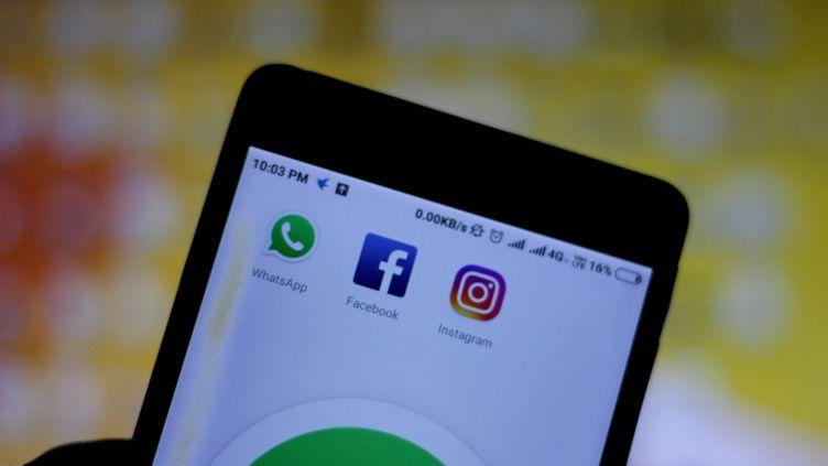 Les icônesdes applications WhatsApp, Facebook et Instagram sur l'écran d'un smartphone, à New Delhi (Inde), le 25 février 2019. (NASIR KACHROO / NURPHOTO / AFP)