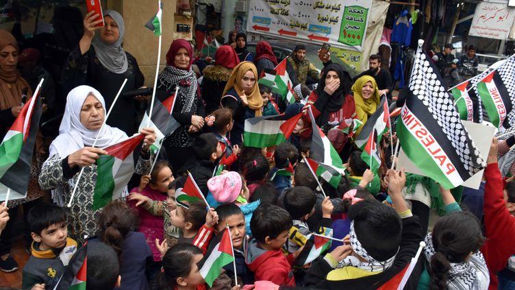 Plusieurs rassemblements ont eu lieu dans des camps de réfugiés palestiniens au Liban, comme àMar Elias jeudi 7 décembre et à Bour el-Barajneh, la veille (ci-contre). (FURKAN GULDEMIR / ANADOLU AGENCY / AFP)