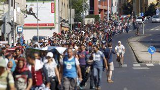 Des centaines de migrants marchent dans une rue de Budapest (Hongrie), le 4 septembre 2015, en direction de l'Autriche. (ZOLTAN BALOGH / MTI)