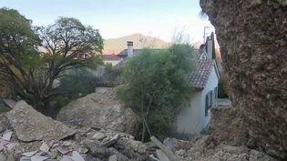 Deux personnes ont été blessées à la suite de l'effondrement d'un rocher sur le village des Mées (Alpes-de-Haute-Provence). Les habitants craignent unenouvellecatastrophe. (france 2)