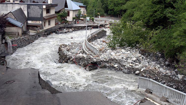 Une route emportée par les eaux à Barèges (Hautes-Pyrénées), le 20 juin 2013. (LAURENT DARD / AFP)