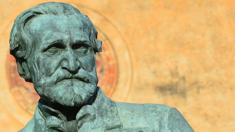 Sculpture du compositeur Giuseppe Verdi devant le théâtre Verdi à Busseto, village natal du musicien, à côté de Parme  (GIUSEPPE CACACE / AFP)