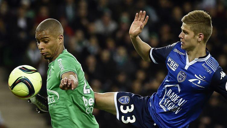 Le Stéphanois Kevin Monnet-Paquet au duel avec le Troyen Alois Confais (JEFF PACHOUD / AFP)