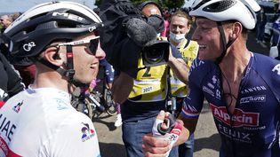 Tadej Pogacar (à gauche) félicite Mathieu van der Poel après sa victoire à Mûr-de-Bretagne, le 27 juin. (DANIEL COLE / AFP)