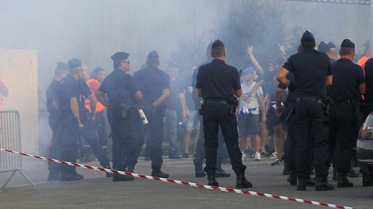 Des violences sont survenues aux abords du stade de Furiani (PASCAL POCHARD CASABIANCA / AFP)