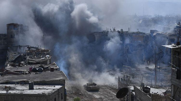 Des affrontements entre l'armée syrienne et le groupe Etat islamique à Damas, en Syrie, le 17 mai 2018. (MIKHAIL VOSKRESENSKIY / SPUTNIK / AFP)