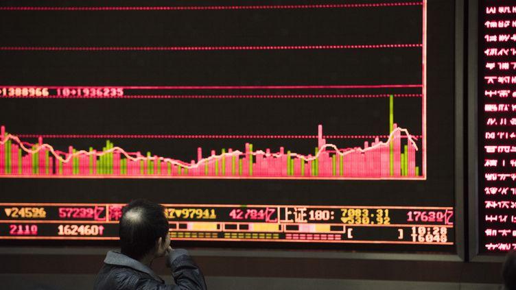Un investisseur regarde les mouvements de la Bourse, à Pékin (Chine), le 7 janvier 2016. (FRED DUFOUR / AFP)