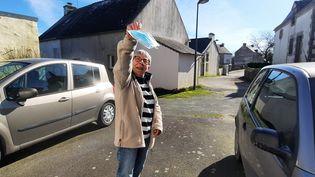 Une habitante de Lauzach (Morbihan), heureuse de faire tomber le masque en extérieur, le 24 février 2021. (BENJAMIN  ILLY / FRANCE-INFO)