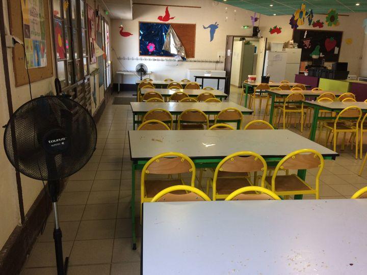 Un ventilateur a été installé dans toutes les salles de classe et les volets restent fermés. (ARIANE GRIESSEL / RADIO FRANCE)