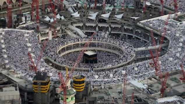 (Un énorme projet est actuellement en cours pour agrandir la superficie de la mosquée © REUTERS/Ali Al Qarni)