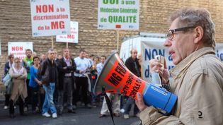 Une centaine de praticiens du privé manifestent devant l'Agence régionale de santé (ARS) de Rhône-Alpes, à Lyon, le 6 Octobre 2015 (CITIZENSIDE / FRANCK CHAPOLARD / AFP)