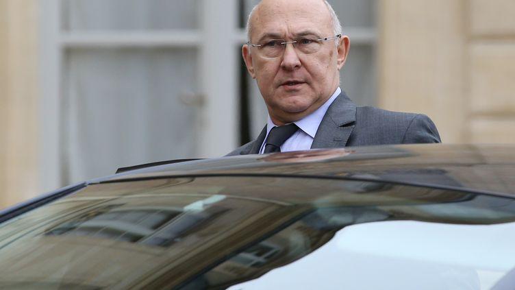 Le ministre du Travail Michel Sapin quitte l'Elysée (Paris) après le Conseil des ministres, le 22 janvier 2014. (KENZO TRIBOUILLARD / AFP)