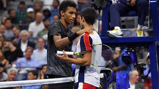 Felix Auger-Aliassime console Carlos Alcaraz après l'abandon de ce dernier en quart de finale de l'US Open, le 7 septembre à New York. (ED JONES / AFP)