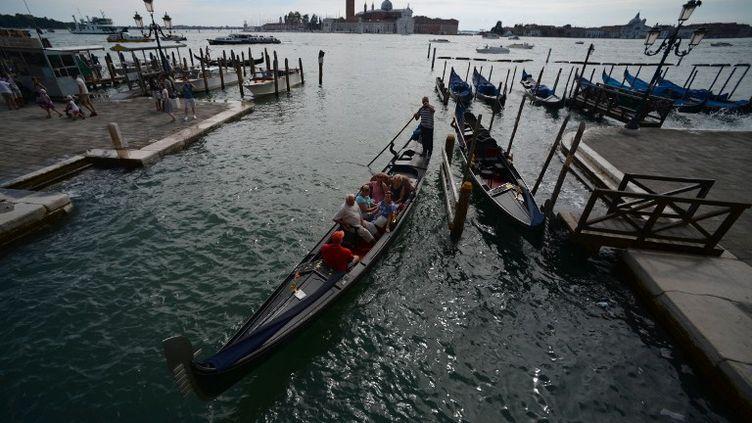 Le jeune homme qui serait âgé de 22 ans a coulé dans une eau à 5 degrés, devant des dizaines de personnes dont certaines ont filmé la scène (FILIPPO MONTEFORTE / AFP)