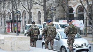 Des militaires patrouillent près de la cathédrale Notre-Dame-de-Paris, le 13 décembre 2015. (WINFRIED ROTHERMEL / PICTURE ALLIANCE / AFP)