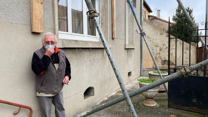 Pierre devant la façade de sa maison au Teil (Ardèche), un an après le seisme du 11 novembre 2019. (BORIS LOUMAGNE / RADIO FRANCE)