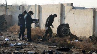 Des équipes de secours travaillent au milieu des débris après qu'un avion ukrainien s'est écrasé près de l'aéroport de Téhéran (Iran), le 8 janvier 2020. (AFP)