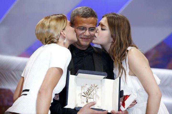 """Abdellatif Kechiche, Léa Seydoux et Adèle Exarchopoulos, lors de la remise de la Palme d'or pour """"La Vie d'Adèle"""" au 66e Festival de Cannes, en mai 2013.  (VALERY HACHE / AFP)"""