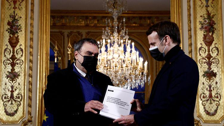 L'historien Benjamin Stora remet son rapport à Emmanuel Macron à l'Elysée (Paris), le 20 janvier 2021. (CHRISTIAN HARTMANN / POOL / AFP)