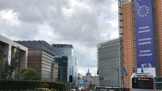 La Commission européenne (à droite) à Bruxelles (Belgique). (NOÉMIE BONNIN / FRANCEINFO / RADIO FRANCE)