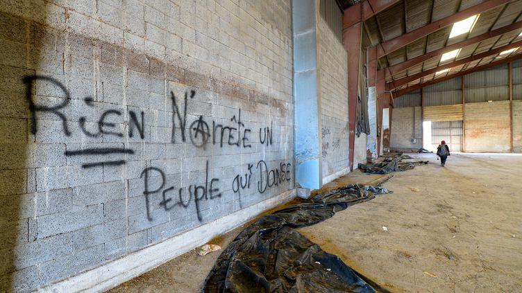 """""""Rien n'arrête un peuple qui danse"""", peut-on lire sur un mur du hangar désaffecté où a eu lieu une rave-party à Lieuron (Ille-et-Vilaine), le 2 janvier 2021. (JEAN-FRANCOIS MONIER / AFP)"""