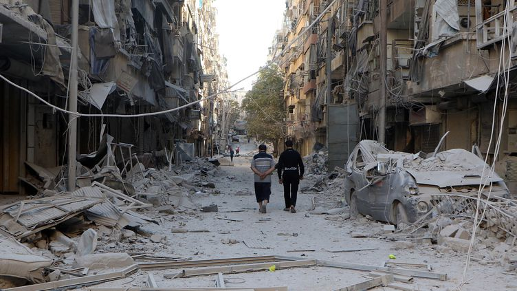 Dans une rue d'Alep (Syrie), le 24 septembre 2016. (IBRAHIM EBU LEYS / ANADOLU AGENCY / AFP)