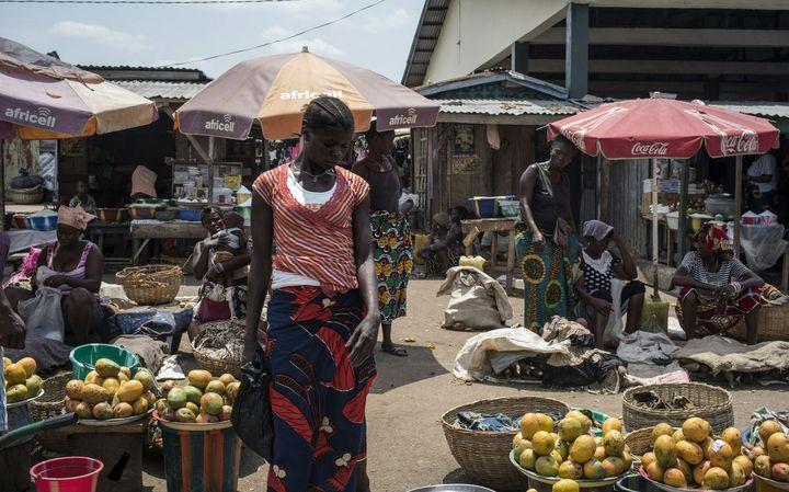 Sur le marché de Freetown, les prix des denrées de base augmentent de 15% chaque mois. (AFP PHOTO / MARCO LONGARI)