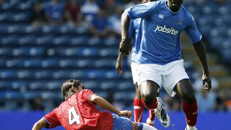 Papa Bouba Diop (en bleu) ici avec Portsmouth. (GLYN KIRK / AFP)