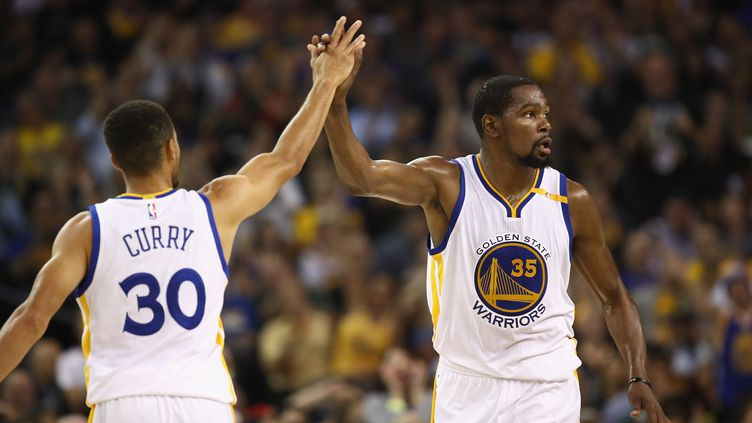 Le duo de Golden State, Stephen Curry et Kevin Durant (EZRA SHAW / GETTY IMAGES NORTH AMERICA)