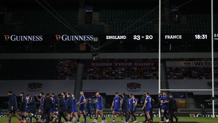 Les Français abattus après la défaite contre l'Angleterre à Twickenham, samedi 13 mars 2021. (ADRIAN DENNIS / AFP)
