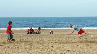 Des enfants profitent des vacances de Toussaint au bord de la mer (MYCHELE DANIAU / AFP)