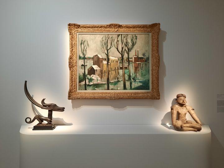 """""""Inondation à Ivry"""", un tableau de Maurice de Vlaminck et deux terres cuites mexicaines des IVe et Ve siècles. (ANNE CHEPEAU / RADIO FRANCE)"""
