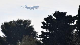 L'avion ramenant 200 Français de Wuhan, épicentre en Chine de l'épidémie causée par le nouveau coronavirus, a atterri peu avant12h30 à Istres (Bouches-du-Rhône), le 31 janvier 2020. (PASCAL GUYOT / AFP)