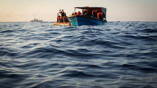 """Une photo de l'ONG SOS Méditerranée montre des migrants sauvés par """"L'Aquarius"""" le 24 septembre 2018. (MAUD VEITH / SOS MEDITERRANEE / AFP)"""