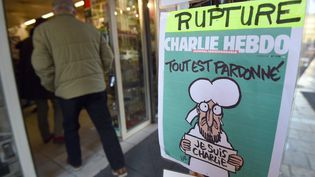 """Un homme entre chez un marchand de journaux en rupture de stock de """"Charlie Hebdo"""", le 14 janvier 2015, à Montpellier (Hérault). (PASCAL GUYOT / AFP)"""