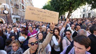 Des manifestants se rassemblement devant la Grande mosquée de Paris pour rendre hommage à Hervé Gourdel, le 26 septembre 2014. (THIBAUT GODET / CITIZENSIDE / AFP)