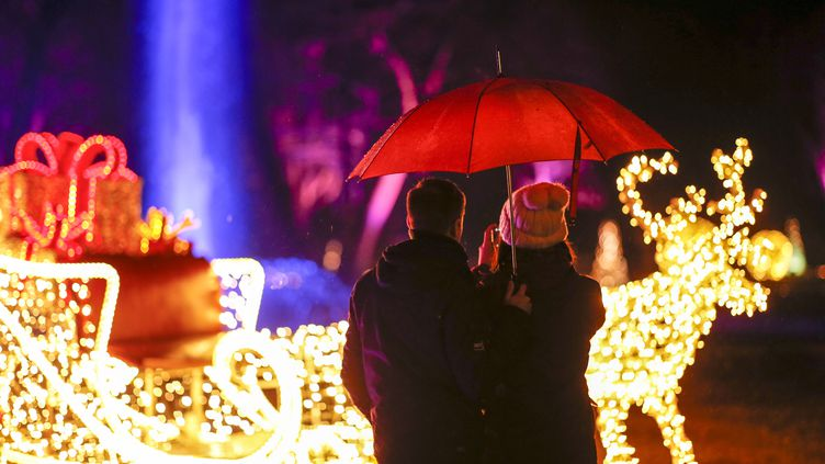 Un couple devant des illuminations de Noël, à Berlin (Allemagne), le 22 décembre 2019. (photo d'illustration) (GEORG WENZEL / DPA-ZENTRALBILD / AFP)