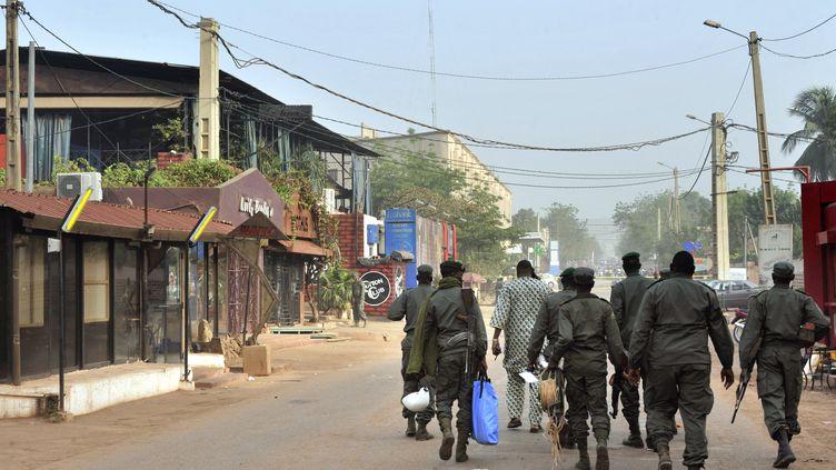 """Des membres des forces de sécurité malienne patrouillent autour de """"La Terrasse"""", le restaurant touché par un attentat, à Bamako, au Mali,samedi 7 mars 2015. (HABIBOU KOUYATE / AFP)"""
