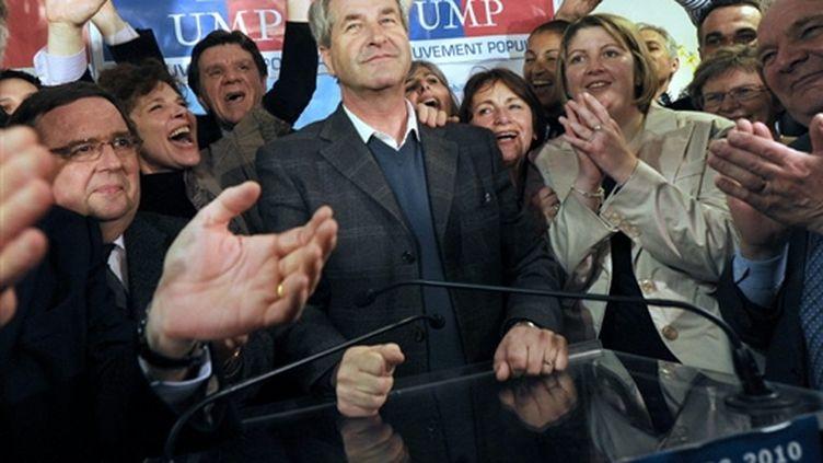 La tête de liste de l'UMP, Philippe Richert, savoure sa victoire après l'annonce des résultats (AFP - PATRICK HERTZOG)