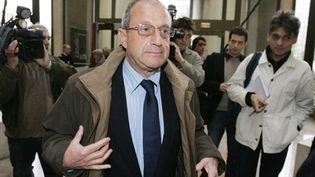 Didier Schuller, ex-conseiller général RPR, au tribunal correctionnel de Créteil, le 18 octobre 2005. (AFP PHOTOS/ Jack GUEZ)