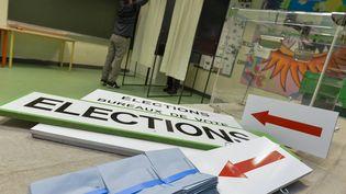 Installation d'un bureau de vote, dans une école à Rennes (Ille-et-Vilaine), le 4 décembre 2015. (CHRISTOPHE MORIN / MAXPPP)