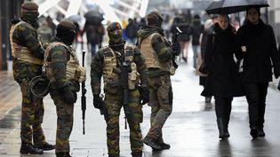 Des militaires belges patrouillant dans Bruxelles (Belgique), le 21 novembre 2015. (JOHN THYS / AFP)