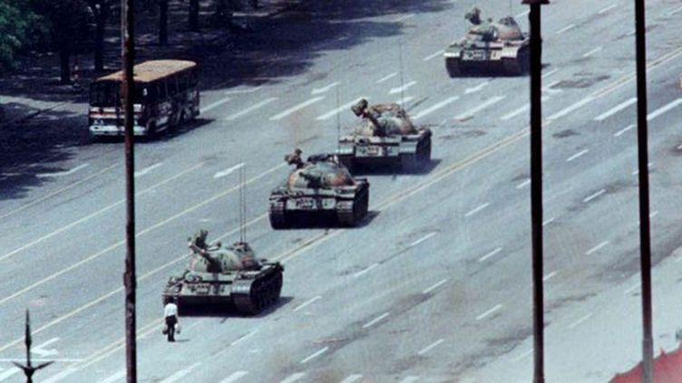 Un citoyen pékinois empêche une colonne de chars d'avancer vers la place Tiananmen, le 5 juin 1989. (Reuters / Arthur Tsang)
