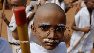 En Inde, des enfants se sont déguisés pour fêter le centième anniversaire de la naissance deGandhi. (FRANCE 2)
