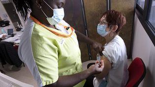 Une infirmière vaccine une femme qui travaille dans un Ehpad en avril 2021. (GUILLAUME BONNEFONT / MAXPPP)