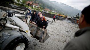 Des personnes sont évacuées, à Topcic Polje, en Bosnie, vendredi 16 mai. (DADO RUVIC / REUTERS )
