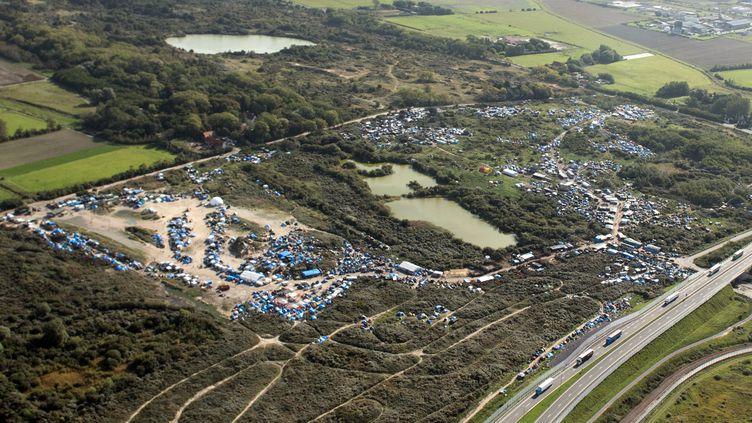 Vue aérienne, prise le 8 octobre 2015, du camp de migrants de Calais, qui abrite 6 000 personnes. (DENIS CHARLET / AFP)