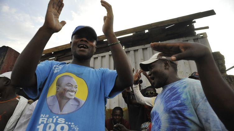 Un supporteur du président Joseph Kabila, qui porte un tee-shirt à son effigie, salue sa réélection, à Goma (République démocratique du Congo), le 9 décembre 2011. (SIMON MAINA / AFP)