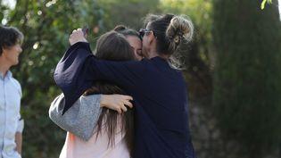 Des habitants de Grasse (Alpes-Maritimes) près du lycée de la ville où un élève aurait tiré des coups de feu, jeudi 16 mars 2017. (VALERY HACHE / AFP)