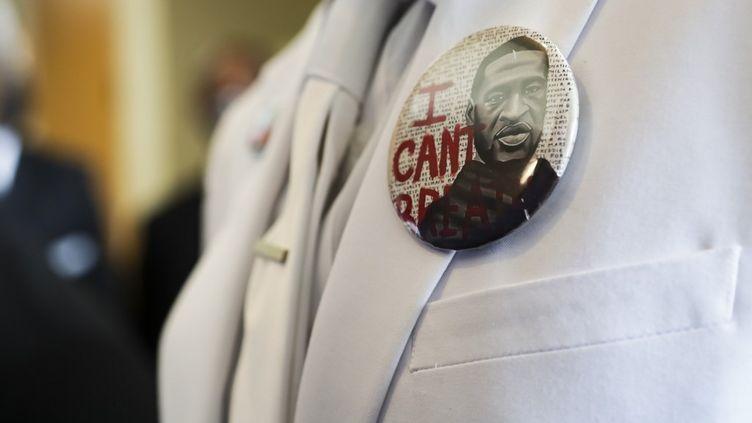 """Un badge""""Je ne peux pas respirer"""" orne la veste d'une personne avant les funérailles de George Floyd, le 9 juin 2020, à Houston, au Texas. (GODOFREDO A. VASQUEZ / AFP)"""